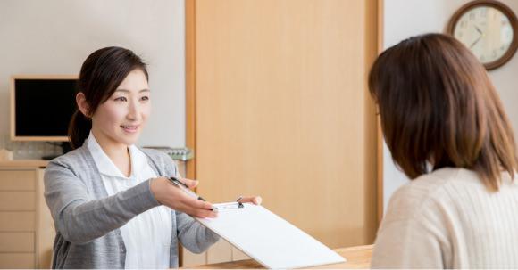 合格証を受け取る女性
